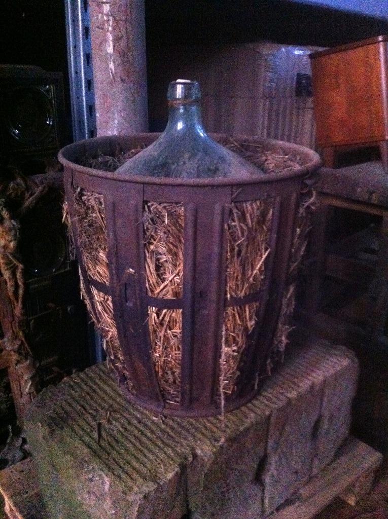 Weinbehälter / Weinballon mit Metallkorb