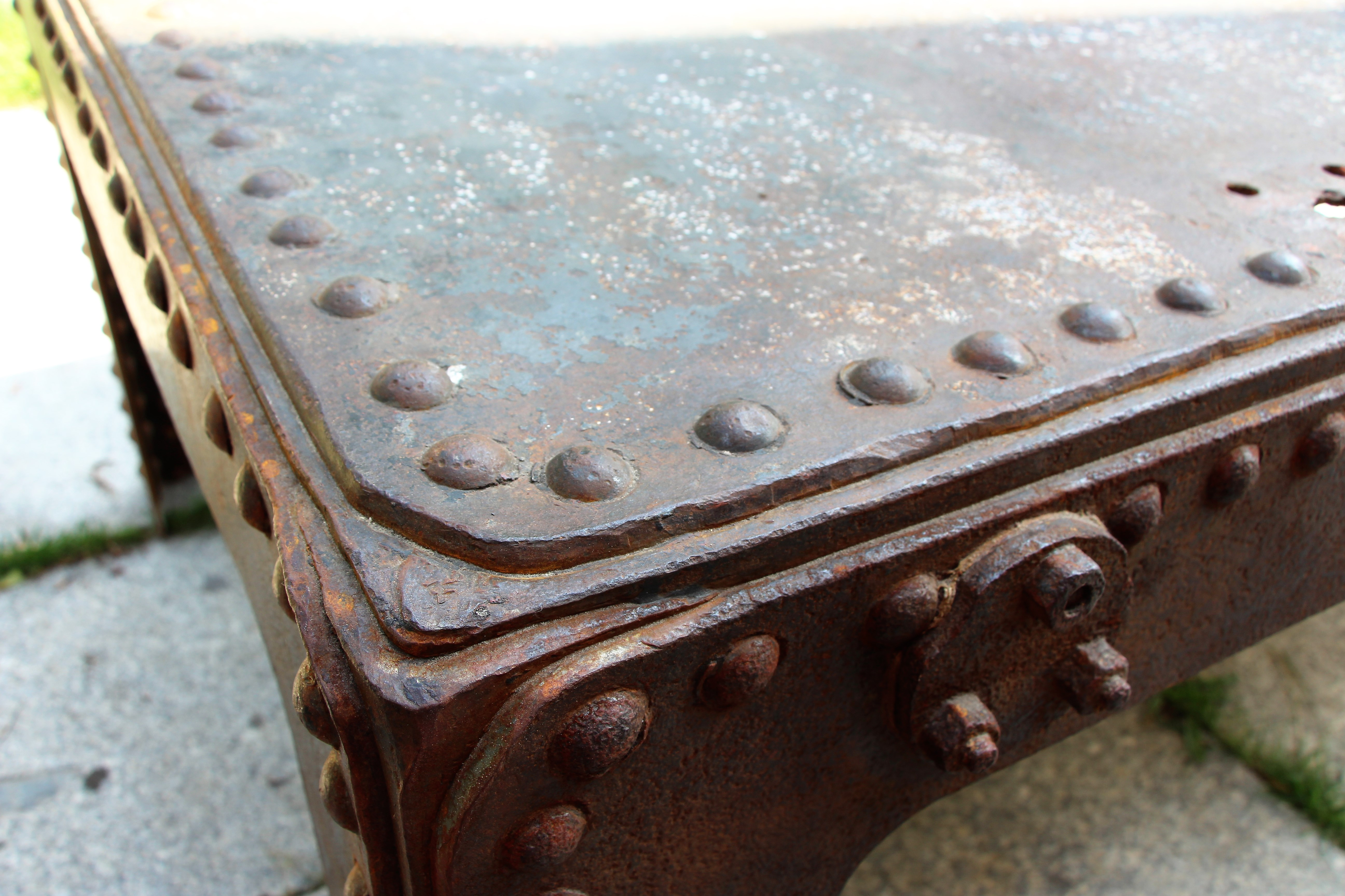 Antiker genieteter Metalltisch groß