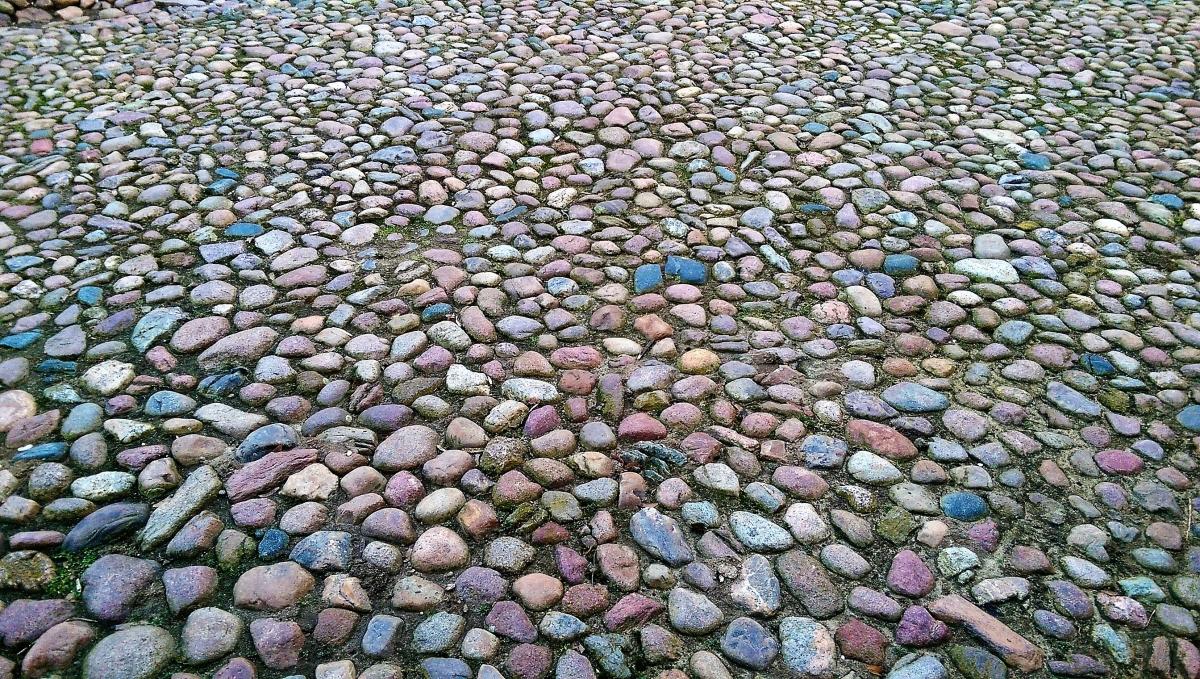 Historisches buntes Findlingspflaster, gebrauchte farbige Pflastersteine