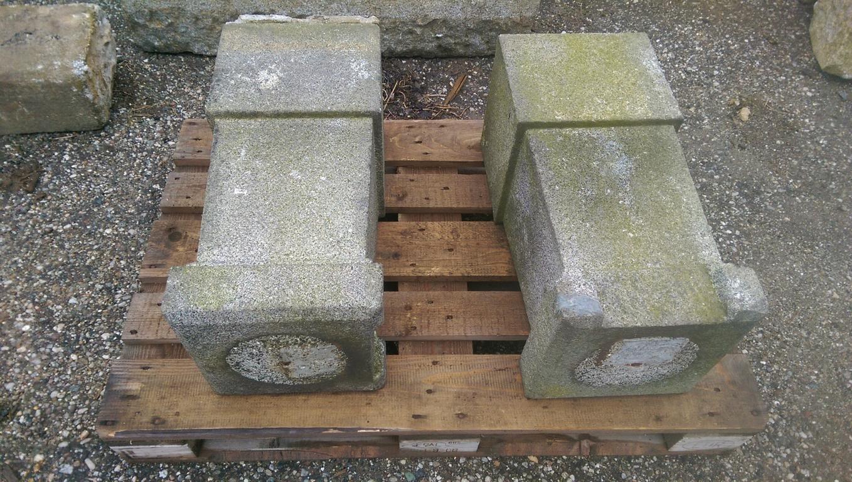 runde historische Granitsäulen, Paar mit Sockel