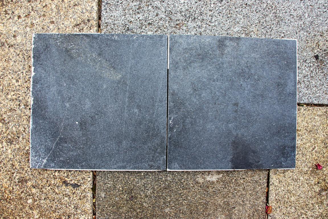 Granitplatten anthrazit, historische dunkle Natursteinplatten, Terrassenplatten Granit
