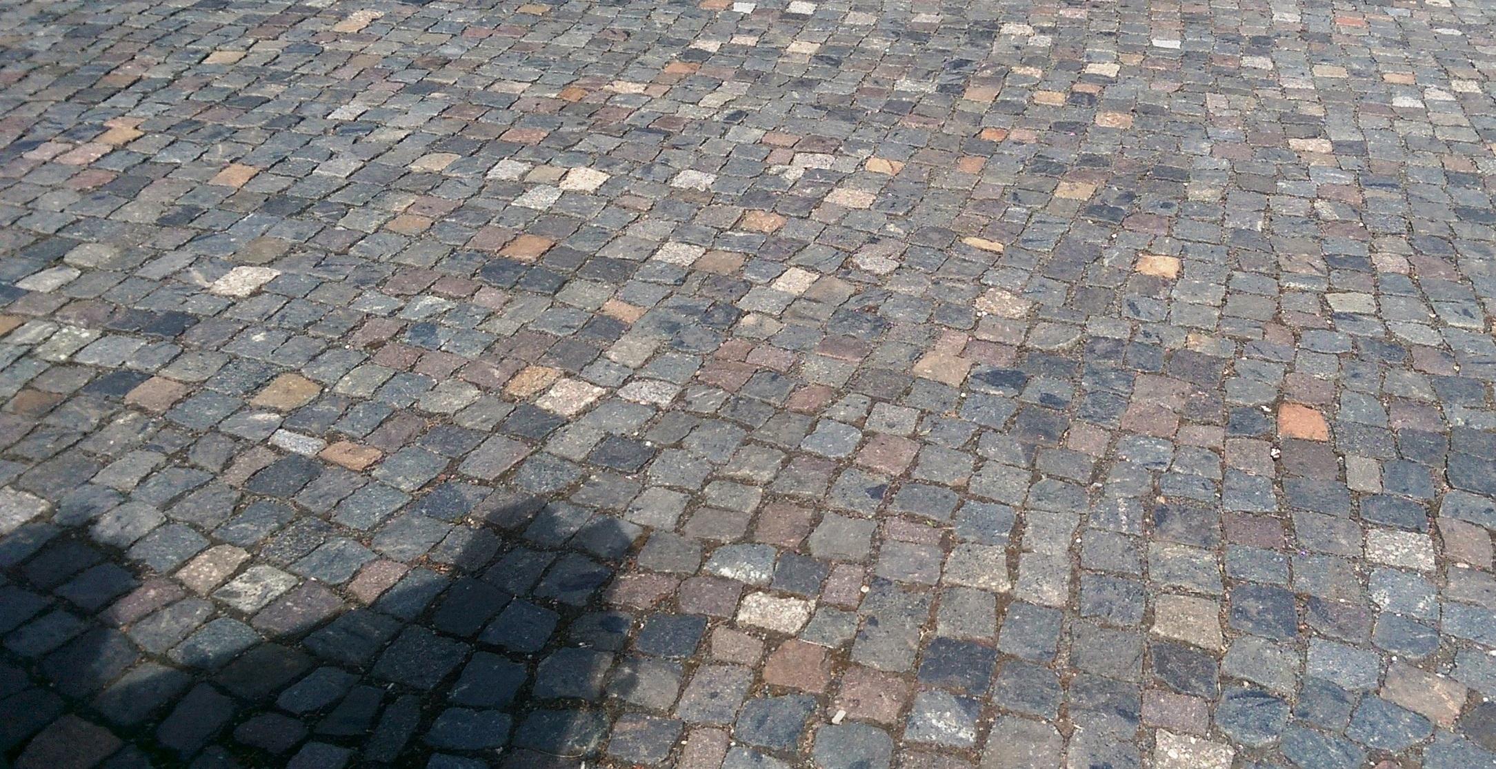 historisches anthrazit-buntes Kleinpflaster aus Granit, Porphyr, Basalt u. a.